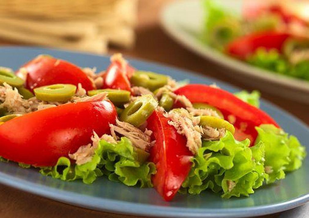 Tuno salotos su pomidorais ir alyvuogėmis