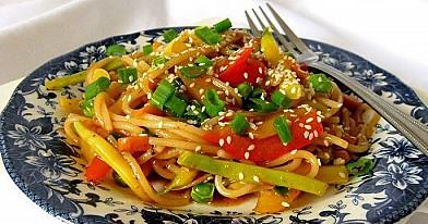 Makaronai kinietiškai - su daržovėmis ir saldžiarūgščiu padažu