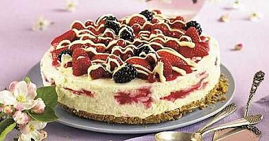 Vasariškas grietinėlės ir uogų tortas