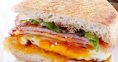Rytiniai sumuštiniai su kiauliena, kiaušiniu ir sūriu