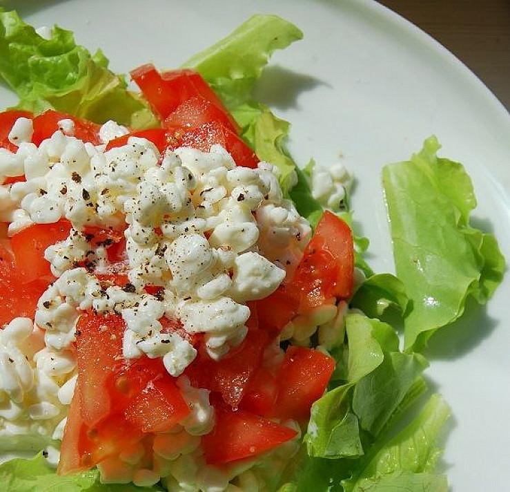 Grūdėtos varškės ir pomidorų salotos