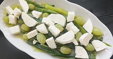 Porų ir mocarelos salotos su vynuogėmis