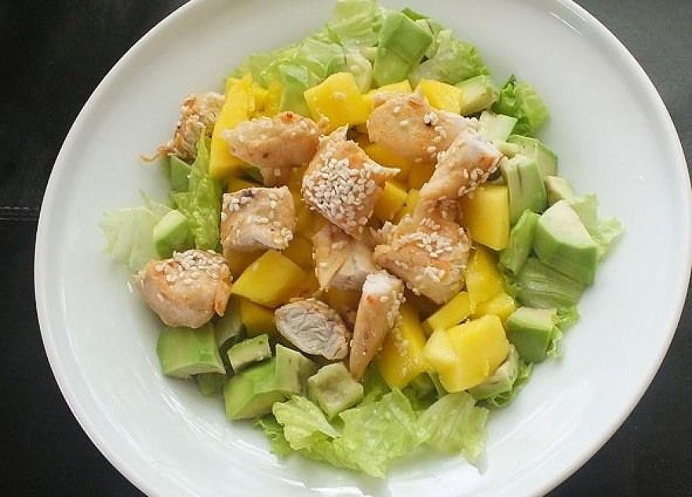 Salotos su avokadu, mangu ir sezamine vištiena