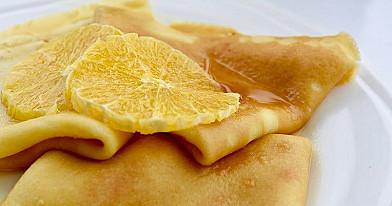 Karamelizuoti lietiniai blynai su apelsinų likerio padažu