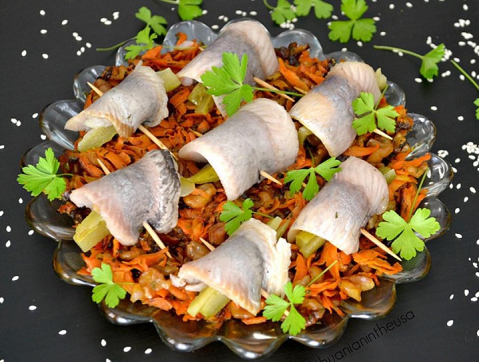 Silkė su morkomis, riešutais ir džiovintomis slyvomis