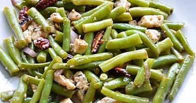 Šparaginių pupelių salotos su mėlynuoju sūriu