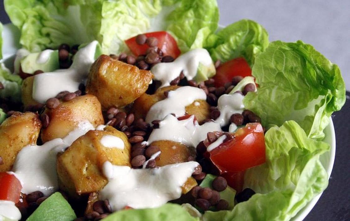 Salotos su vištiena, lęšiais, pomidorais ir avokadu