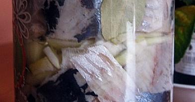 Marinuota silkė su medumi stiklainėlyje
