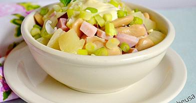Sočios pupelių, kumpio ir ananasų salotos (mišrainė)