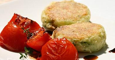 Virtų bulvių paplotėliai su keptais pomidorais