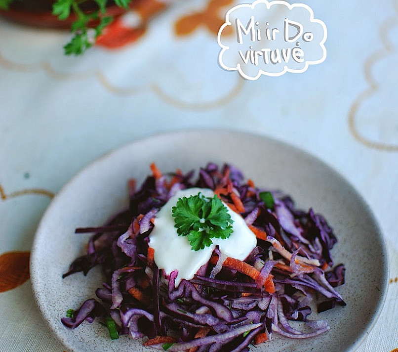 Kaliaropių ir raudonųjų kopūstų salotos