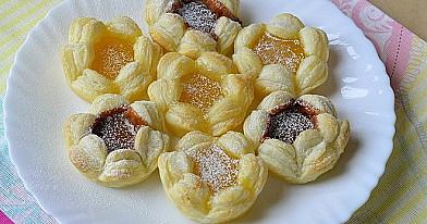 Pyragėliai gėlytės is sluoksniuotos tešlos - lengviau pagaminamo deserto nerasite!:)