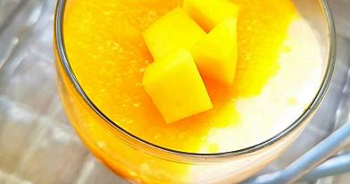 Jogurto ir mangų desertas stiklinėse