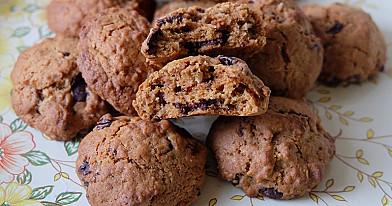Pakepinto kokoso drožlių sausainiai su juoduoju šokoladu ir džiovintomis vyšniomis
