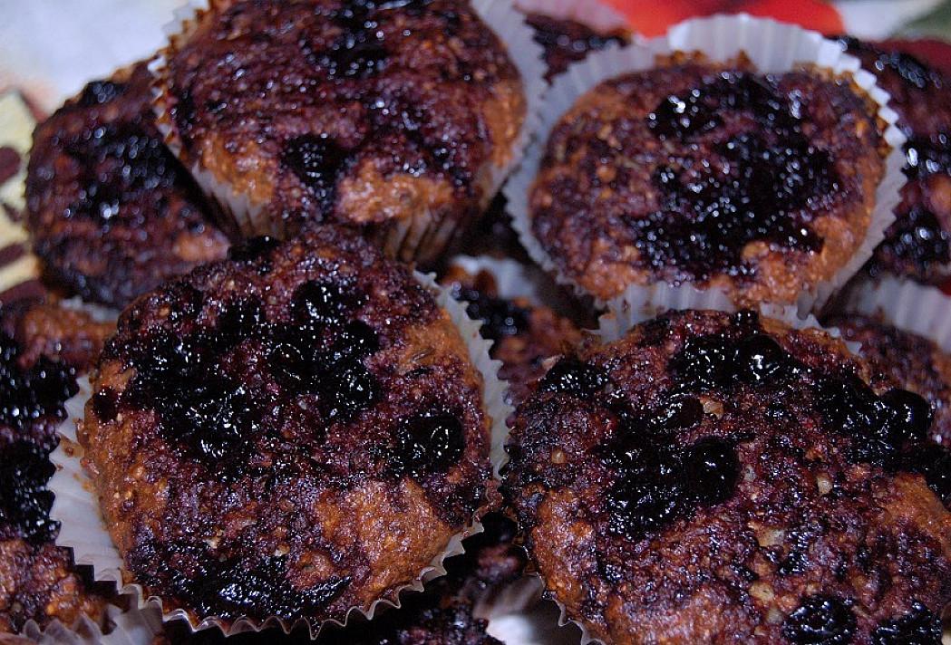 Grikiniai keksiukai su juodųjų serbentų uogiene