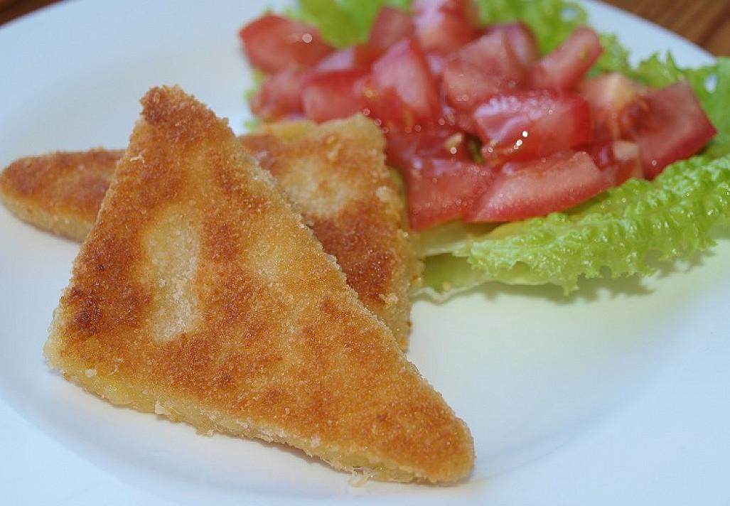 Pusryčiai iš kepto sūrio ir pomidorų salotų