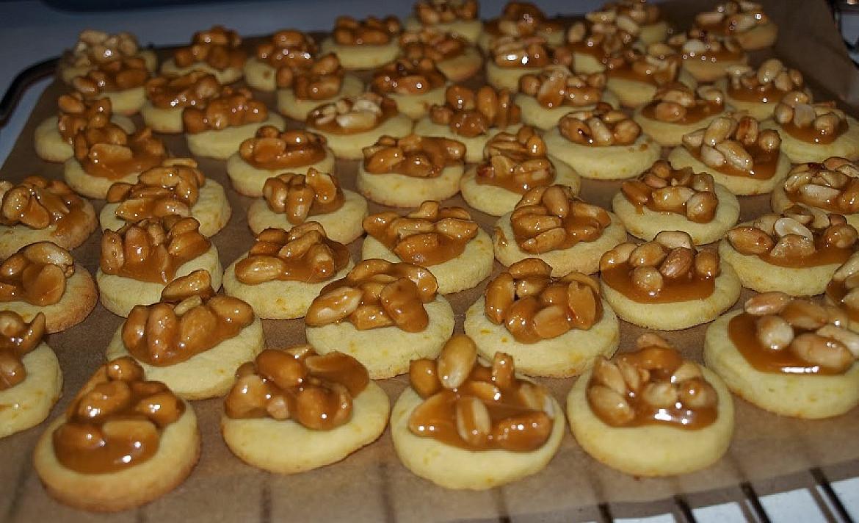 Sausainiai su karamele ir žemės riešutais