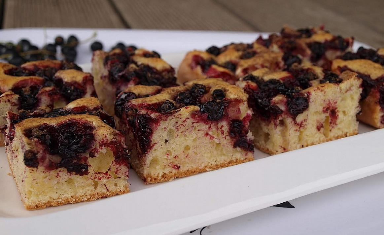 Tinginių pyragas su juodaisiais serbentais (arba kitomis uogomis, tinka ir šaldytos)