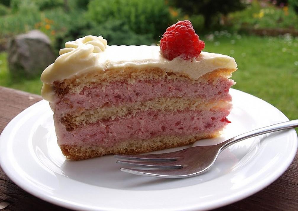 Avietinis baltojo šokolado tortas