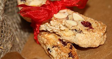 Mini biscotti su migdolais ir džiovintomis spanguolėmis