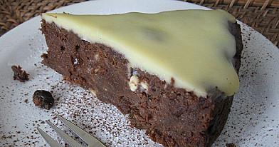 Pyragas su brendyje mirkytomis razinomis