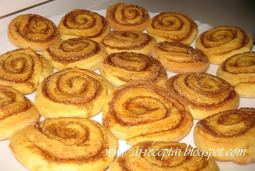 Sausainiai: Varškiniai ritinėliai su cinamonu