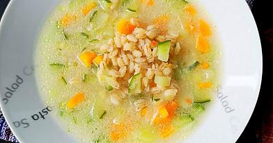Šviežių agurkų sriuba su perlinėmis kruopomis