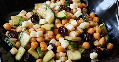 Avinžirnių salotos su vyšniomis (arba kepta vištiena)