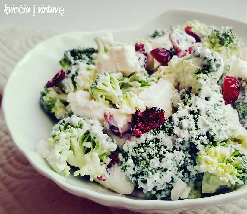 Salotos su brokoliais, feta ir džiovintomis spanguolėmis (vos 5 ingredientai!)