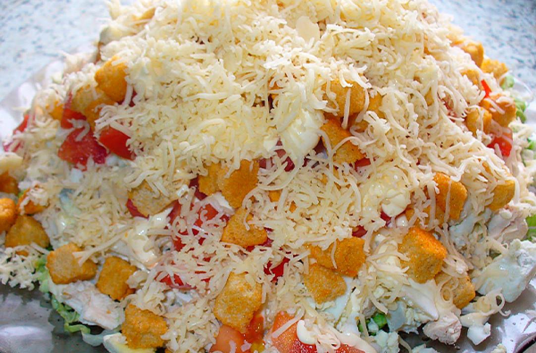 Sočios ir gardžios salotos su vištiena, sūriu ir krekeriais!