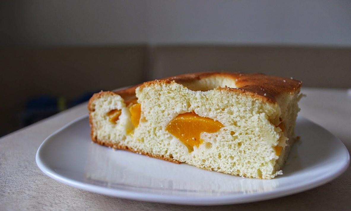 Pyragas su kondensuotu pienu ir persikais (lengvas kaip 2x2, vos 6 ingredientai!)