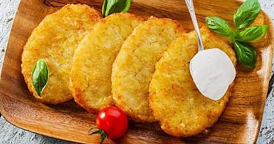 Bulviniai blynai su įdaru ir apskrudusia sūrio plutele