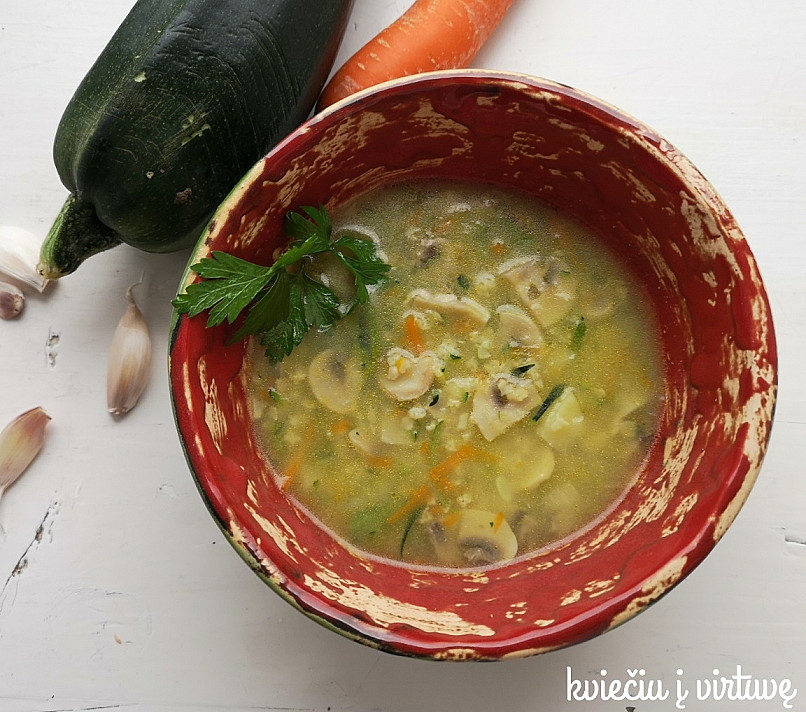 Cukinijų sriuba su sorų kruopomis ir pievagrybiais - patiks, net nemėgstantiems cukinijos!