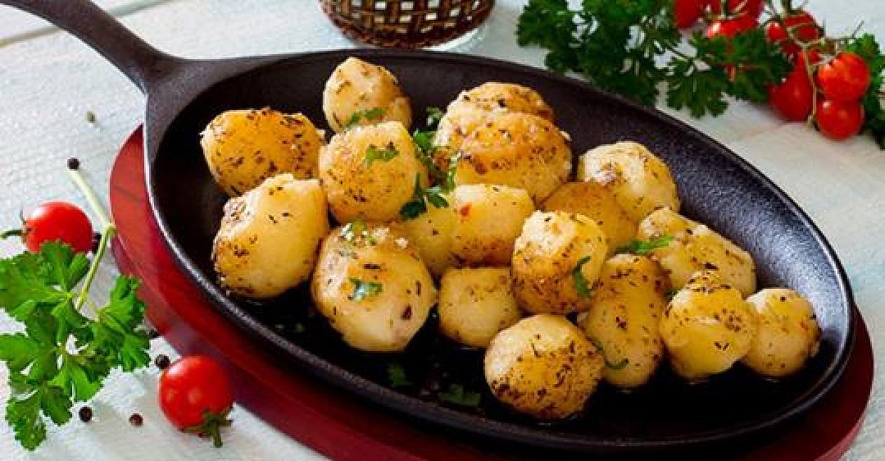 Keptos bulvės su česnakais ir žolelėmis svieste. Labai gardu!