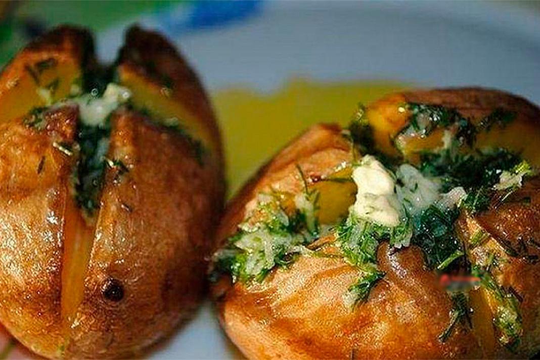Šios aromatingos bulvės su česnakų sviestu privers apsilaižyti pirštus!