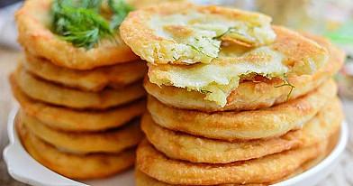 Plonos tešlos pyragėliai su bulvėmis