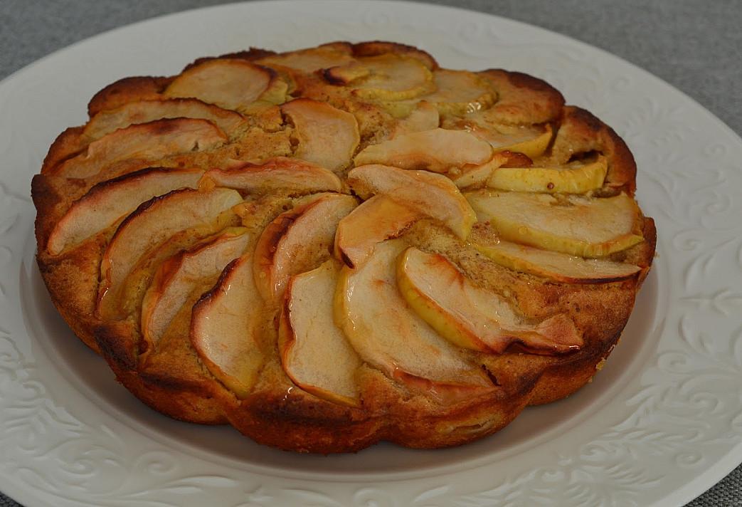 Purus biskvitinis ir migdolinis obuolių pyragas