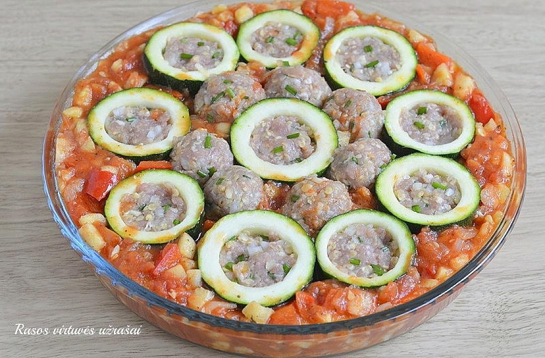 """Orkaitėje kepti cukinijų """"šulinėliai"""" su faršu ir daržovių padažu - skanūs pietūs ar vakarienė garantuoti!"""