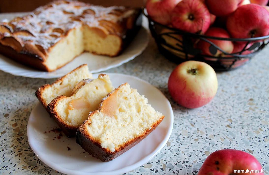 Biskvitinis pyragas su obuoliais - toks skanus, kad būtų nuodėmė neišmėginti!