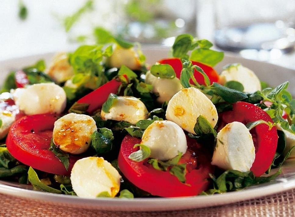 Špinatų salotos su pomidorais ir mocarela - jose gausu vitaminų!