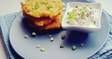 Greičiausiai pagaminami bulviniai blynai, tarkuoti per burokinę tarką su grūdėtos varškės padažu