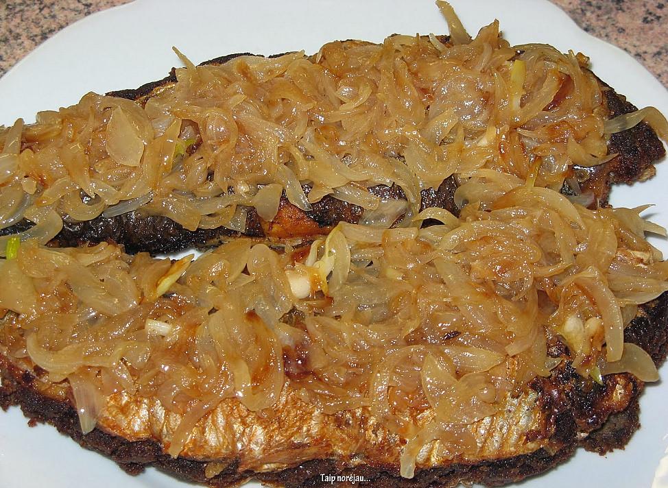 Močiutės receptas: Kepta silkė, įdaryta juoda duona (išsisaugosite Kūčioms)