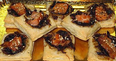 Skaniausios pasaulyje užkandėlės su karamelizuotais svogūnais ir rūkyta lašiša