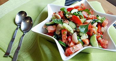 Mano mėgstamiausios pupelių, pomidorų ir agurkų salotos