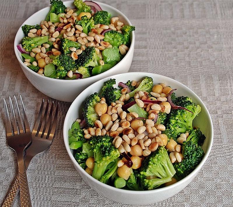 Nuostabios brokolių ir avinžirnių salotos su kedrinėmis pinijomis