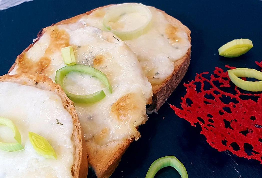 Nuodėmingai skanūs karšti sumuštiniai su trijų rūšių sūriu