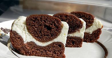 Superinis dvispalvis pyragas su rutuliukais