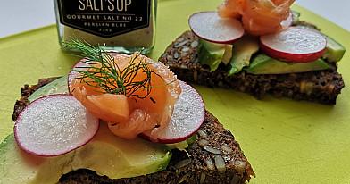 Paprasta, bet nerealiai skanu: Sumuštinis su lašiša, avokadu ir ridikėliais