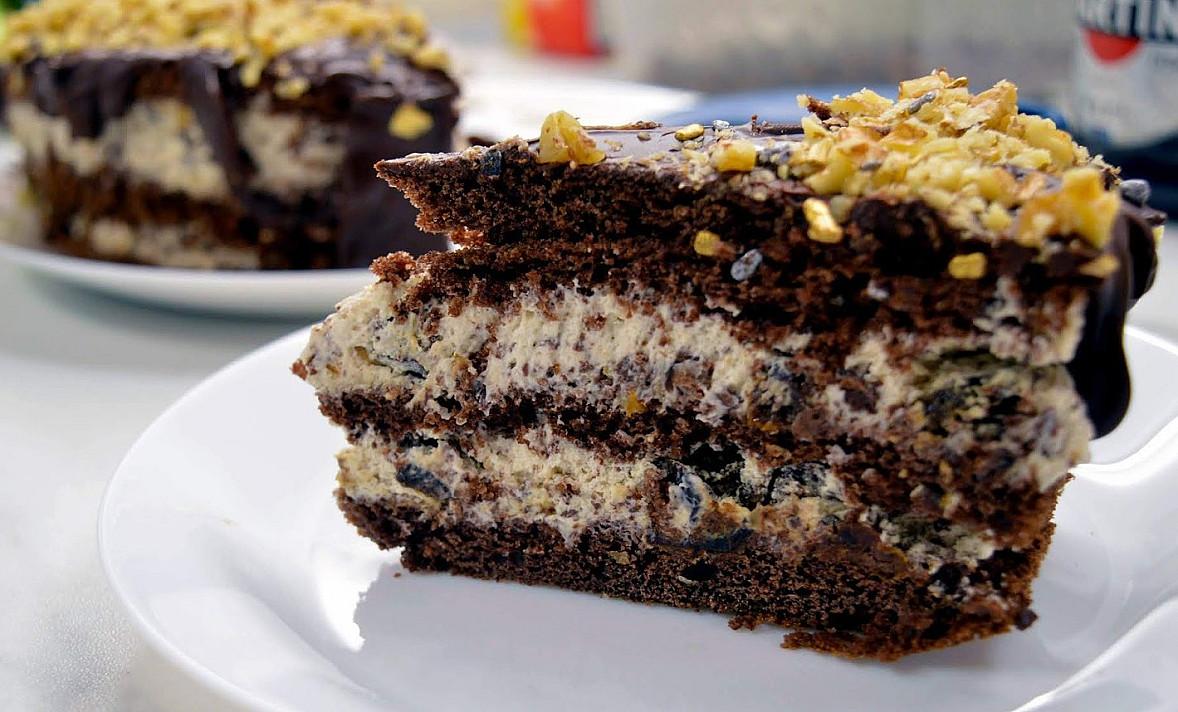Необычайно вкусный воздушный шоколадный торт со сливами с грецкими орехами