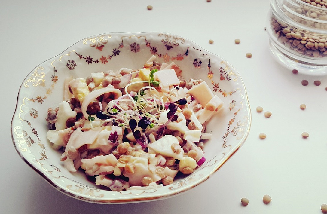 Сытный салат с чечевицей, яйцом и беконом. Благодаря этому салату вы полюбите чечевицу!